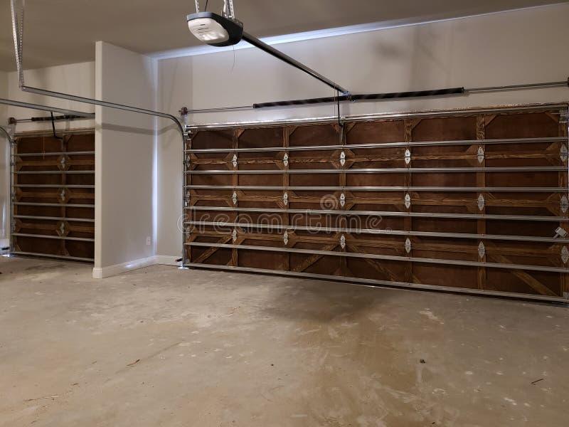 Garagem com projeto de madeira da porta em uma casa nova fotos de stock royalty free