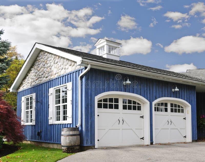 Garagem de dois carros imagens de stock royalty free