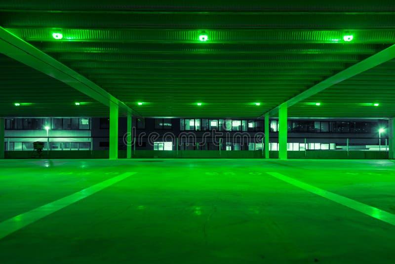 Garagem de estacionamento com luz verde em pontos livres