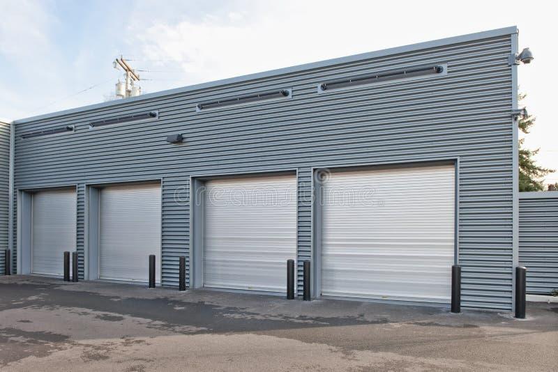 Garagem de estacionamento com portas fotografia de stock royalty free