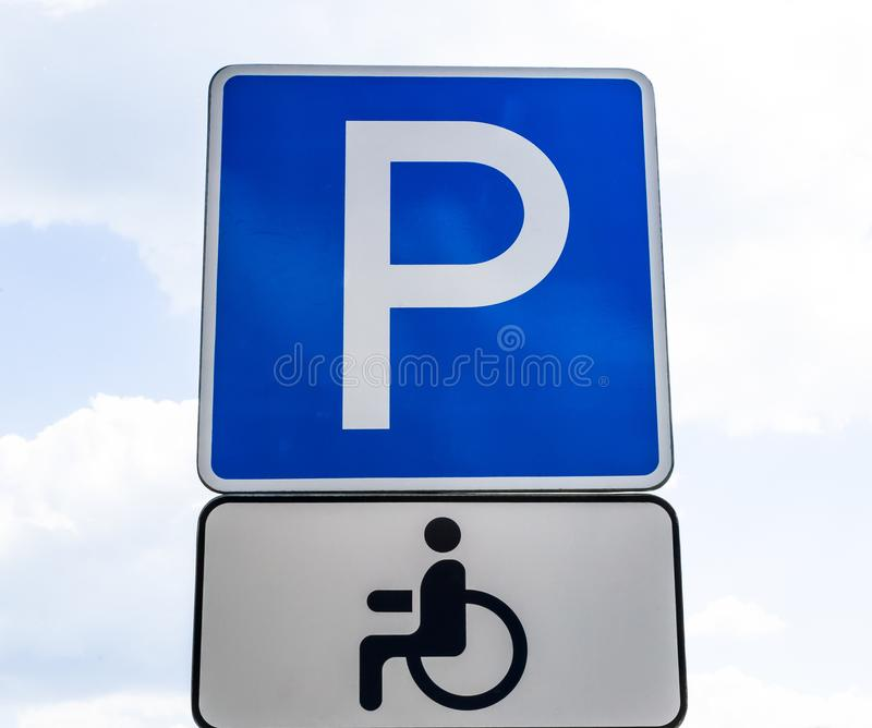 Garagem de estacionamento do sinal de estrada para usuários de cadeira de rodas, para pessoas deficientes fotografia de stock