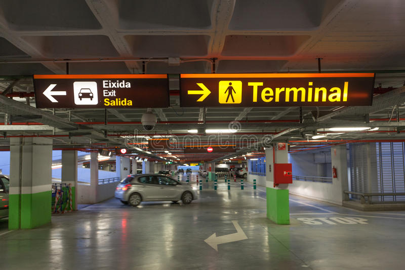 Garagem de estacionamento em um aeroporto foto de stock