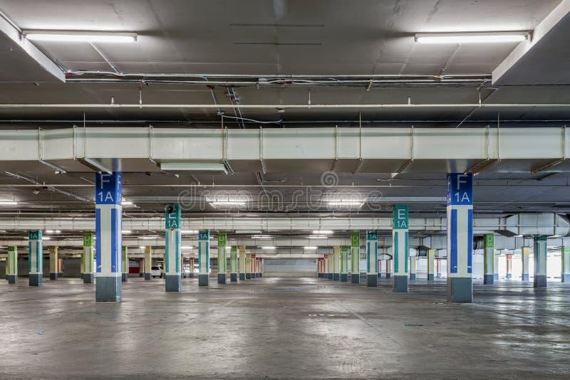 A garagem de estacionamento interior, construção industrial, esvazia p subterrâneo foto de stock royalty free