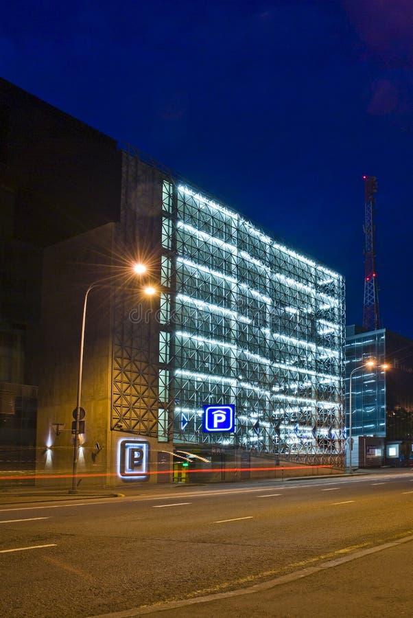 Garagem de estacionamento na noite fotos de stock