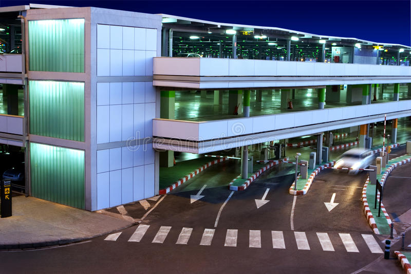 Garagem de estacionamento no aeroporto foto de stock