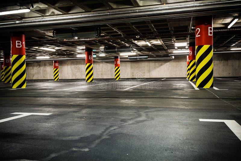 Garagem de estacionamento no porão, no subsolo interior imagem de stock