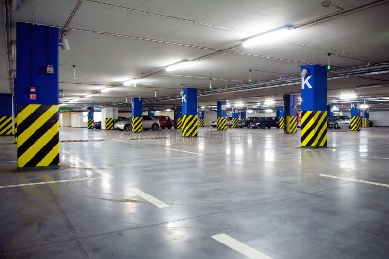 Garagem de estacionamento subterrânea com carros imagens de stock royalty free