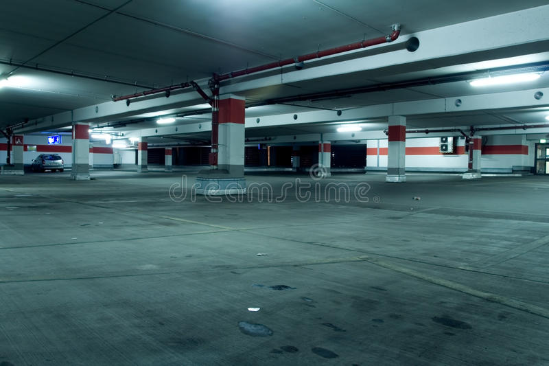 Garagem de estacionamento subterrânea de Grunge com carro fotos de stock royalty free
