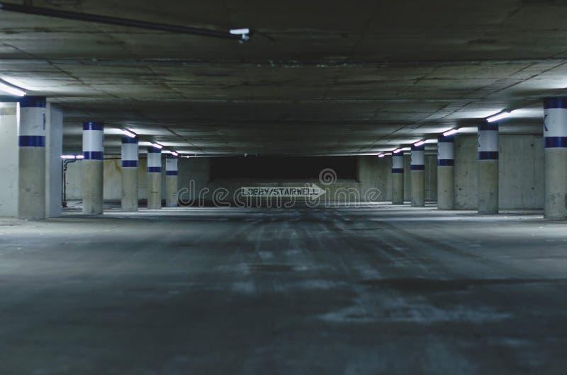 A garagem de estacionamento vazia suja escura fotografia de stock