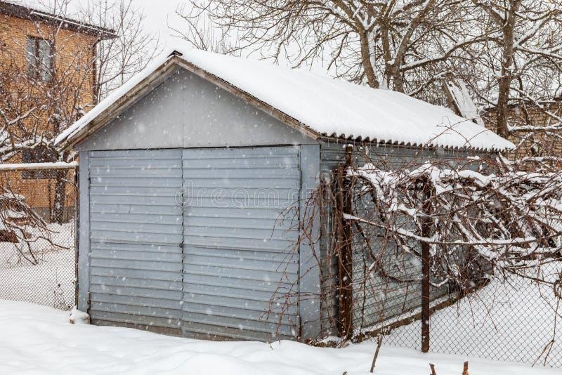 Garagem do metal no inverno imagens de stock royalty free