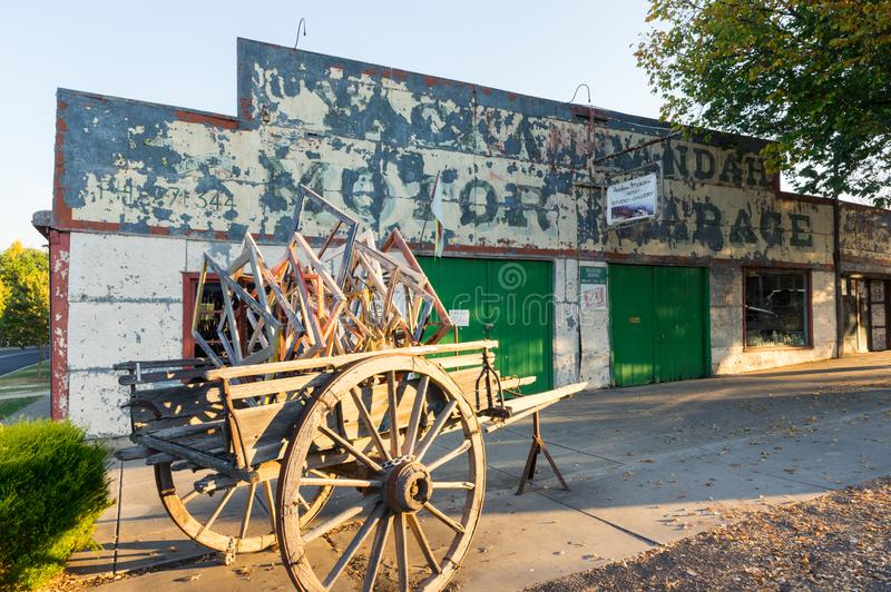 Garagem do motor de Yackandandah na cidade vitoriano pequena de Yackandandah imagens de stock royalty free