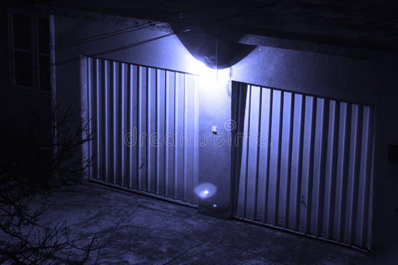 Garagem na noite fotos de stock royalty free