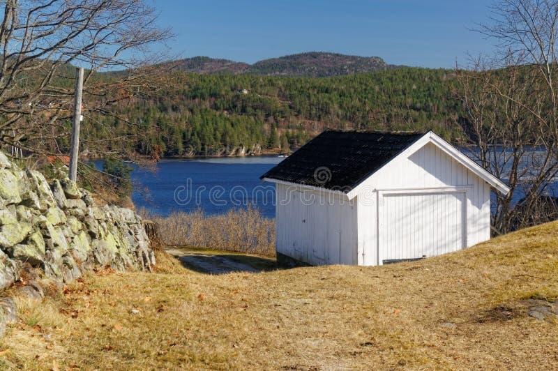 Garagem norueguesa sobre o rio fotos de stock