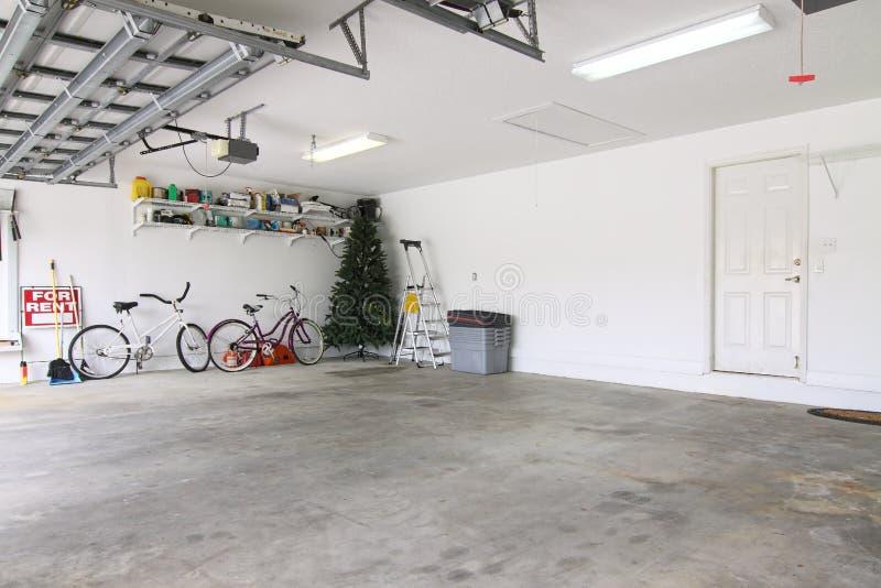 Garagem quase vazia fotografia de stock royalty free