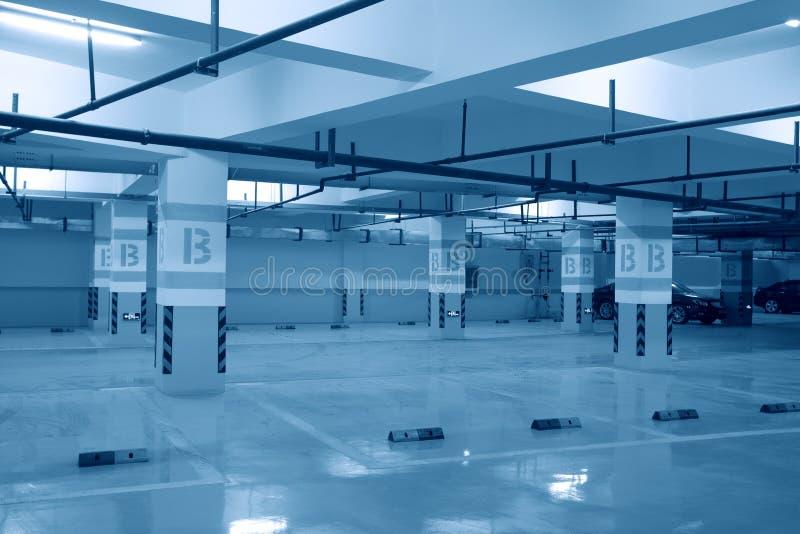 Garagem subterrânea meio vazia ou estacionamento fotografia de stock royalty free