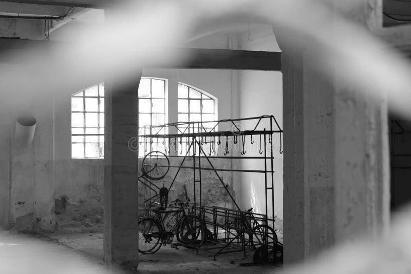 Garagem velha na cidade fotografia de stock