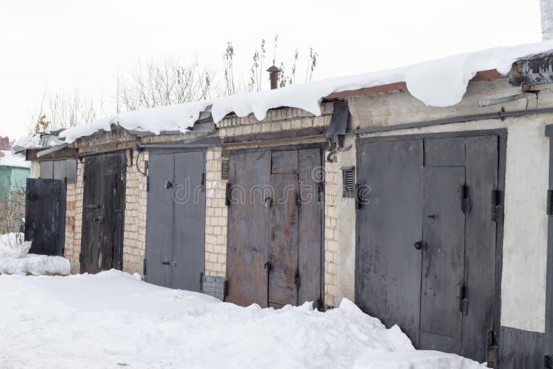 Garagengebäude im Winter lizenzfreies stockbild