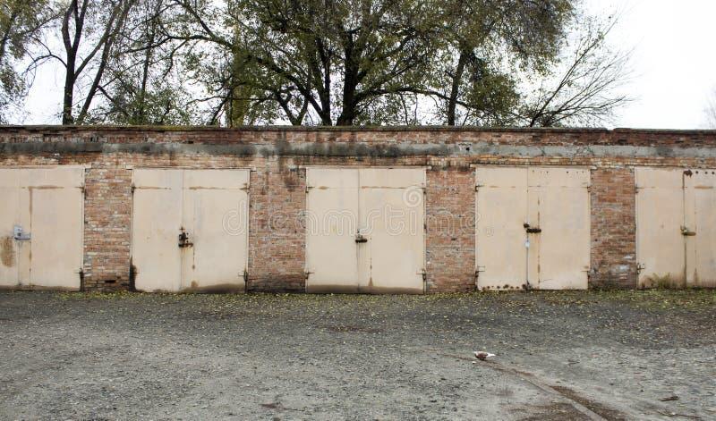 Garagens abandonadas velhas imagens de stock royalty free