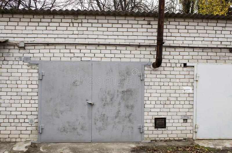 Garagens abandonadas velhas foto de stock