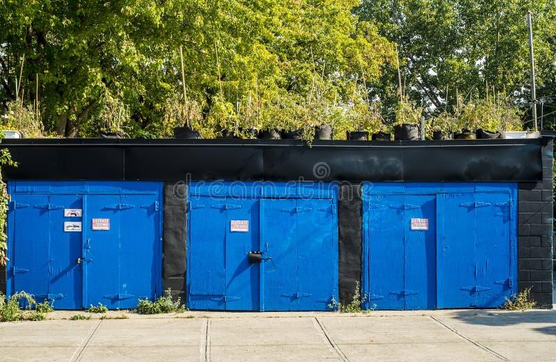 Garagens azuis de Montreal em uma pista imagem de stock