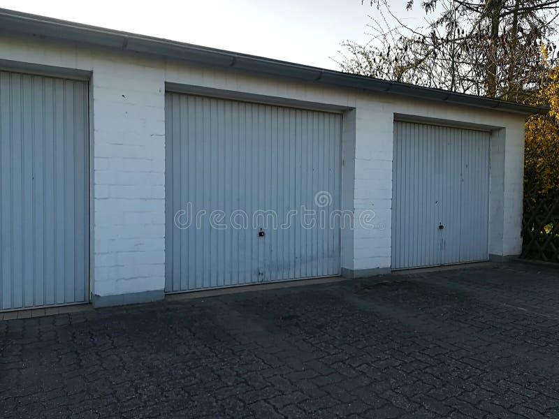 Garagens de estacionamento azuis foto de stock