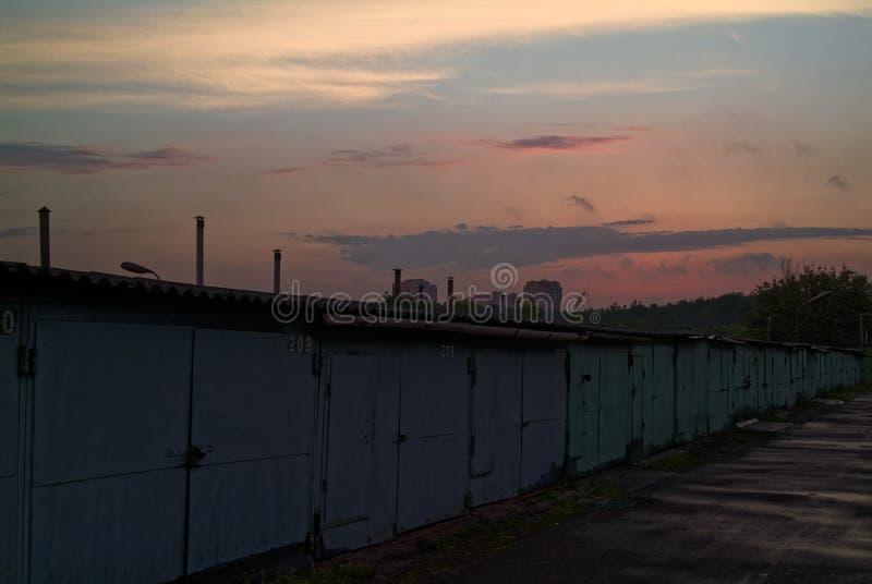 Garagens do ferro na noite no verão fotos de stock