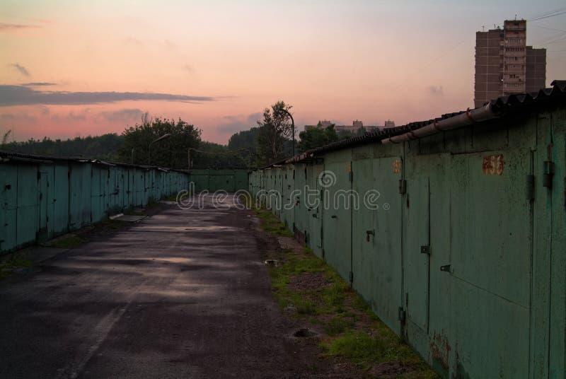 Garagens do ferro na noite no verão fotografia de stock