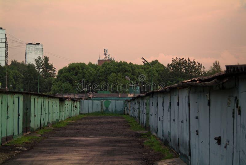Garagens do ferro na noite no verão imagem de stock