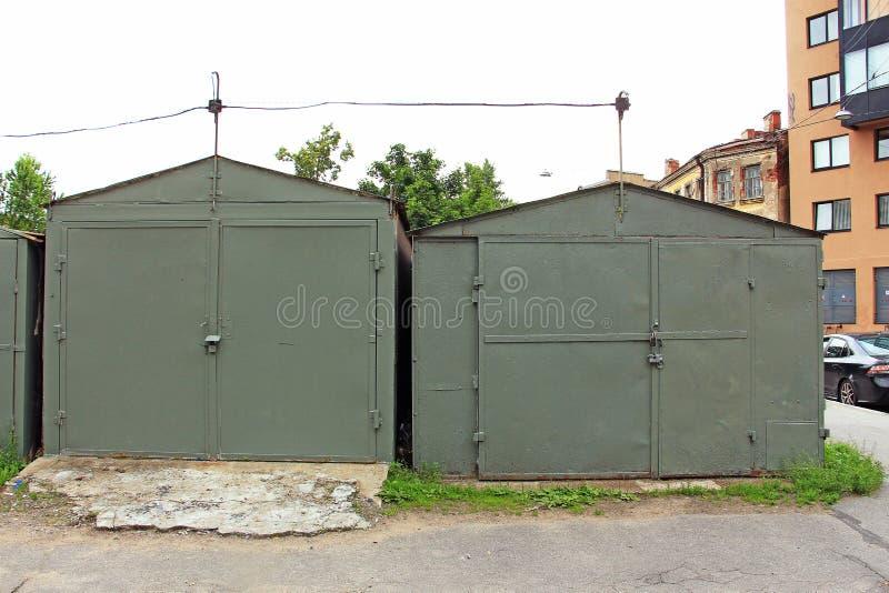 Garagens do ferro na rua fotografia de stock royalty free