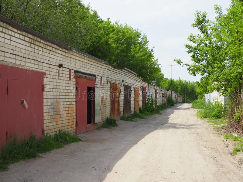 Garagens do tijolo com portas do metal de uma cooperativa da garagem imagens de stock royalty free