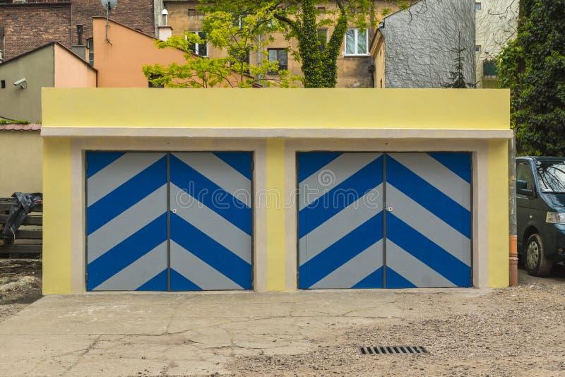Garagens e portas foto de stock