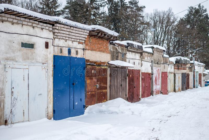 Garagens em Rússia no inverno imagens de stock