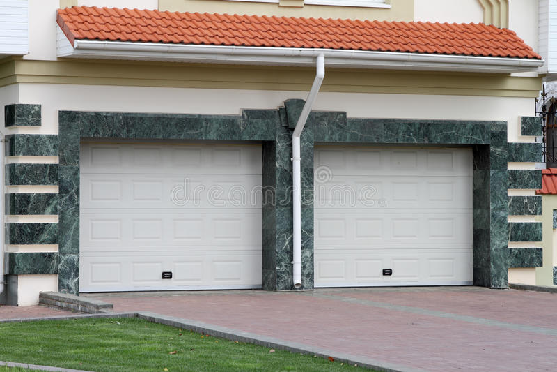 Garagentor für 2 Autos lizenzfreie stockbilder