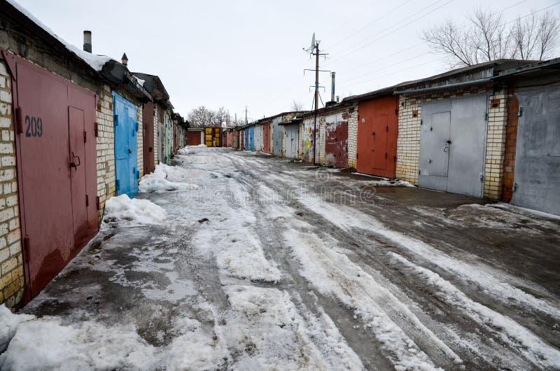 Garages dans une petite ville russe images libres de droits