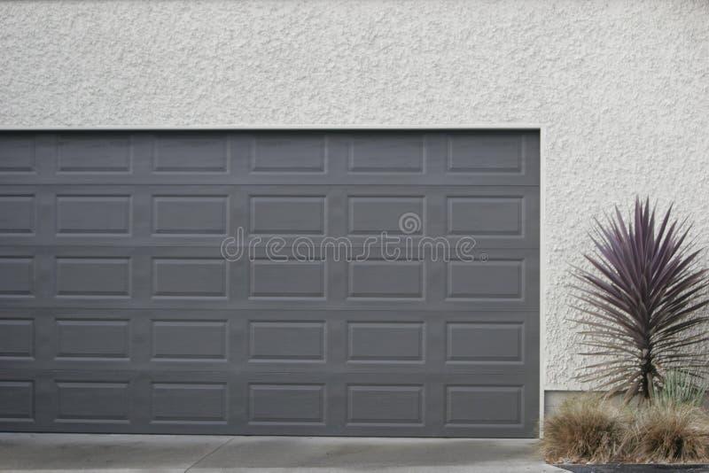 Garagetür lizenzfreie stockfotografie