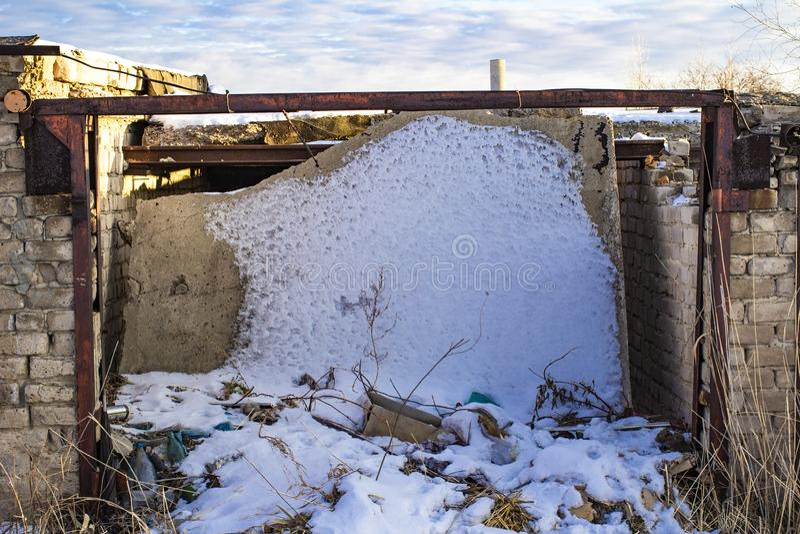 Garaje abandonado con un tejado caido imagen de archivo