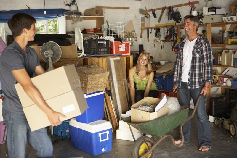 Garaje adolescente del claro de la familia para el mercadillo casero imagen de archivo libre de regalías