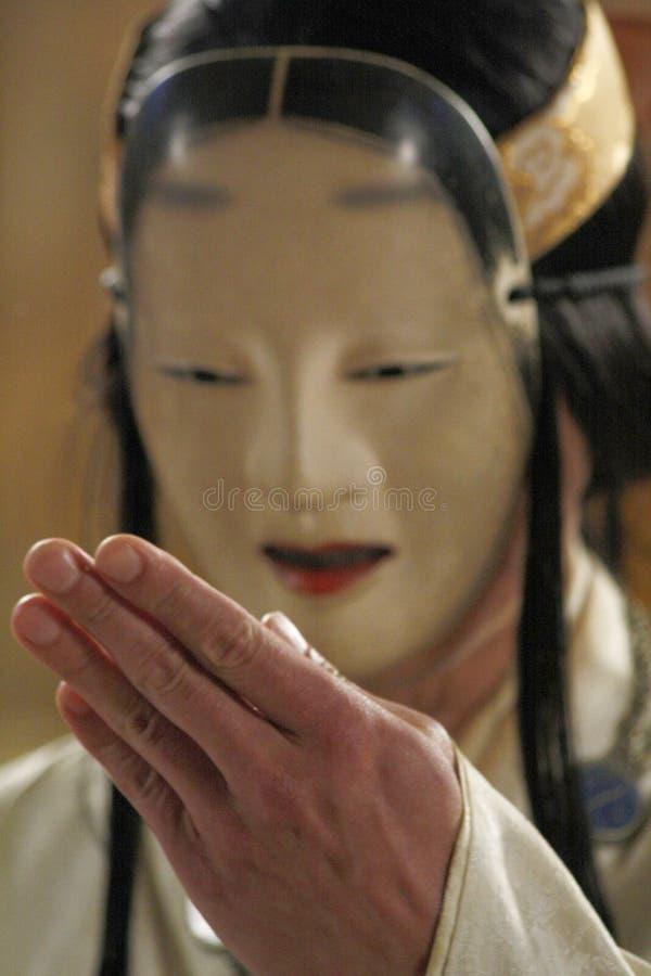 GARANA, ROEMENIË-05 11 2010 voeren Mannelijke Noh of Geen theaterkunstenaar die traditioneel Japans masker dragen een rituele han stock afbeeldingen