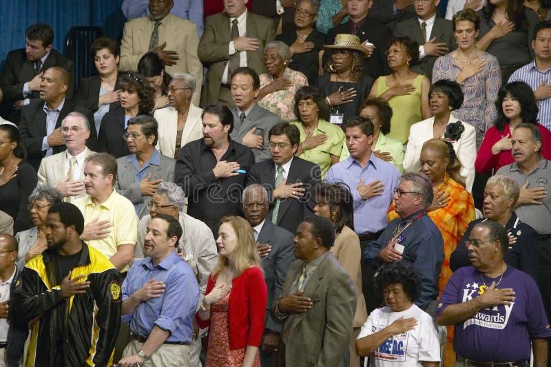 Garantia de relato da fidelidade na reunião de Kerry Campaign, montes da multidão multicultural de CSU- Domínguez, Los Angeles, C imagem de stock royalty free