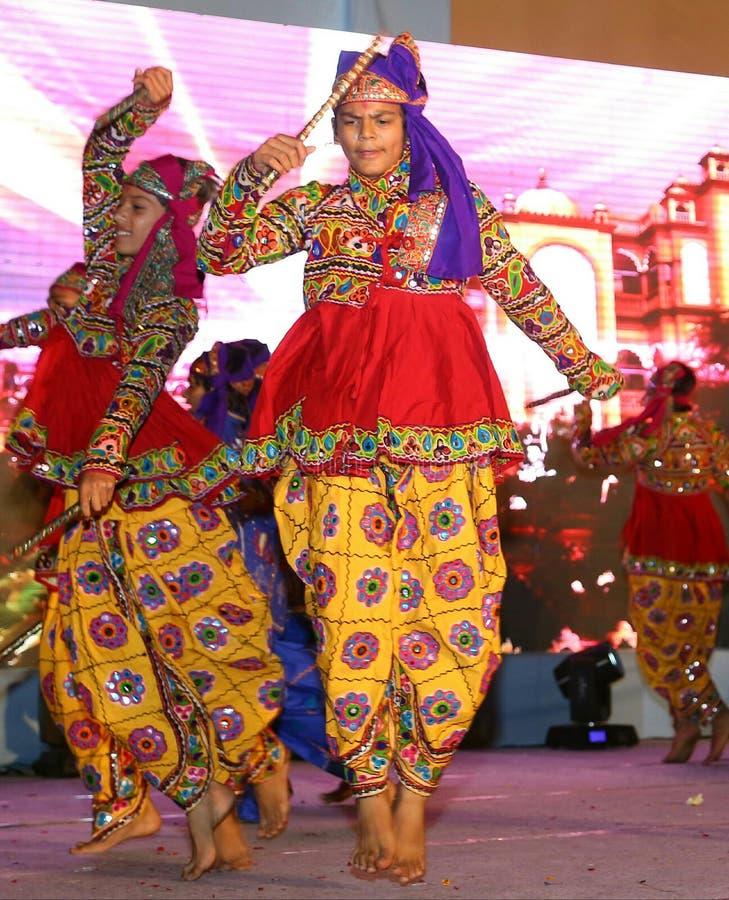 Garba Dancing Boy At Stage med den traditionella klänningen royaltyfri bild