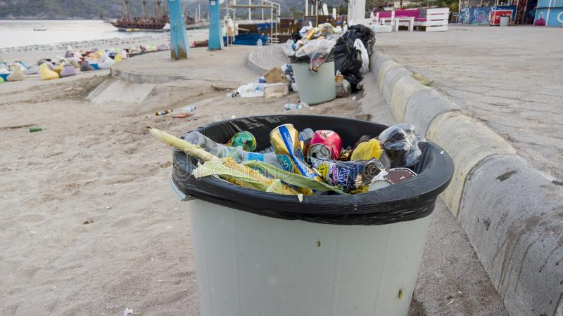 Garbages nära avfallfack på det berömda Touristic stället Fethiye Oludeniz royaltyfri bild