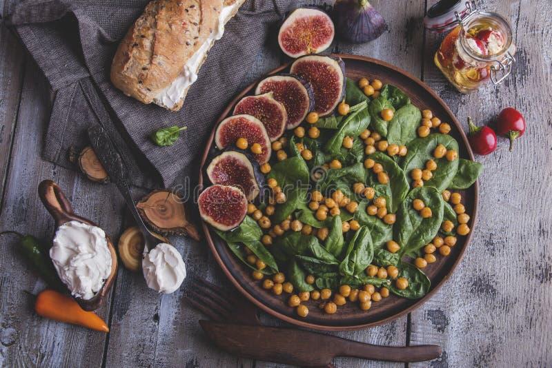 Garbanzos, hojas e higos ensalada vegetariana, queso cremoso, comida hecha en casa sana del vegano, dieta de la espinaca imágenes de archivo libres de regalías