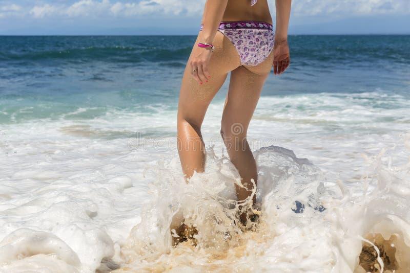 Garbnikująca seksowna kobieta iść w ocean obraz royalty free