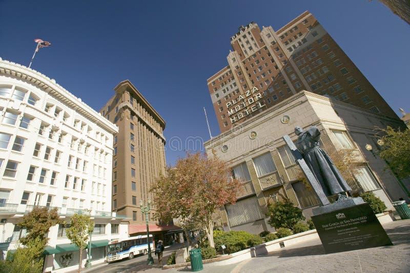 Garcia de San Fransisco statua z krzyżem przed placu Motorowym hotelem w placu okręgu El Paso, Teksas fotografia stock