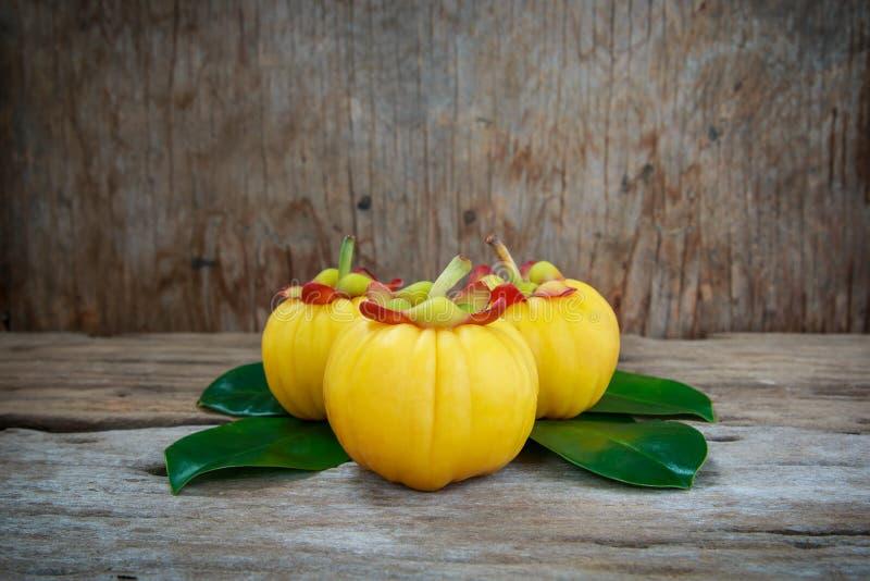 Garciniacambogia vers fruit op houten achtergrond Fruit voor matrijs royalty-vrije stock foto
