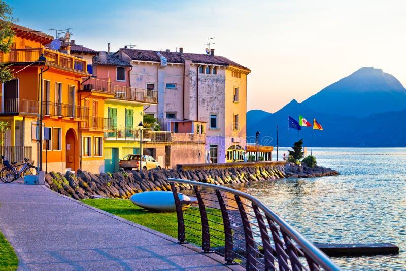 Garda湖江边视图的波尔图村庄 免版税库存照片