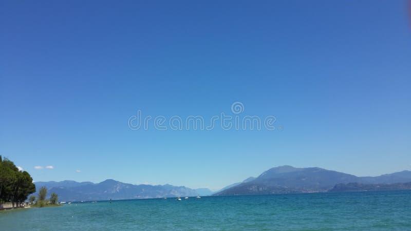 Garda湖美丽如画的看法  免版税库存照片