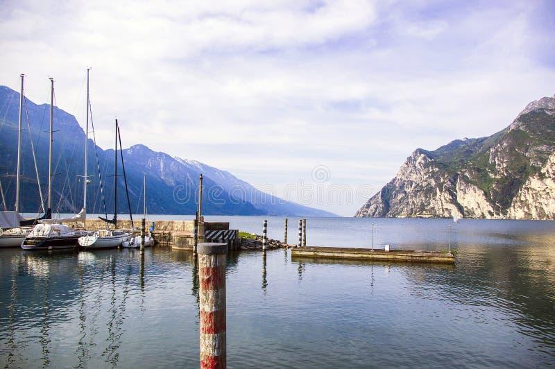 Garda-Landschaft mit Blick auf den Riva-Hafen stockbild