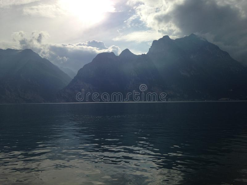 Garda See die Berge stockbild