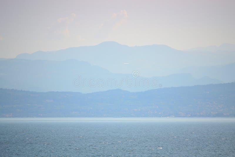 Garda Seelandschaft Alpen-Gebirgsskyline Italien stockfotos